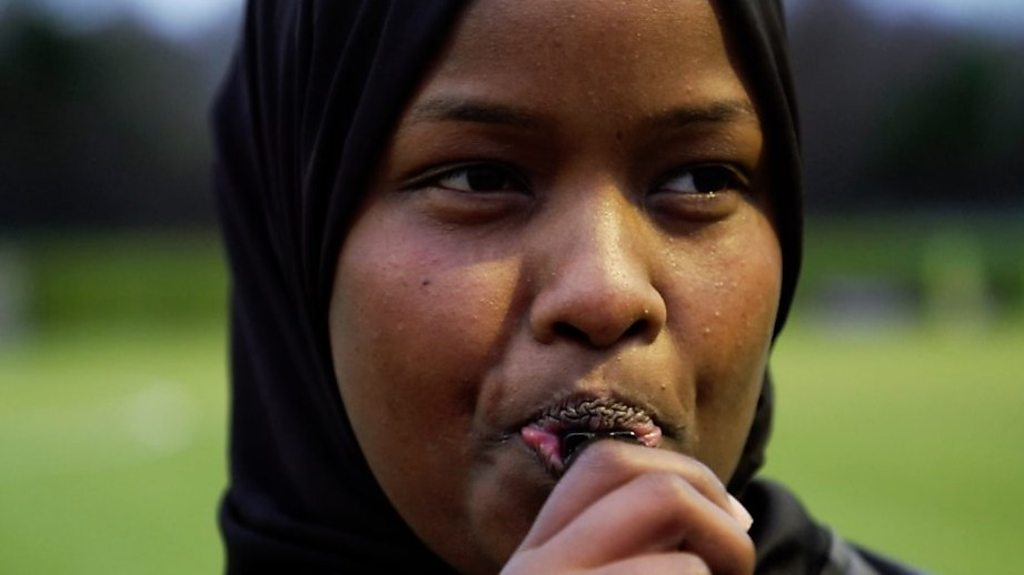 f5bed94f52d78 جي جي روبل أول محجبة سمراء تقوم بالتحكيم في بريطانيا - اللاجئة الصومالية جي  جي روبل هي أول امرأة مسلمة سمراء، تقوم بالتحكيم في المملكة المتحدة مرتدية  الحجاب