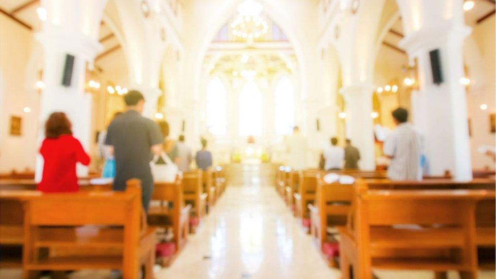 Personas en una misa
