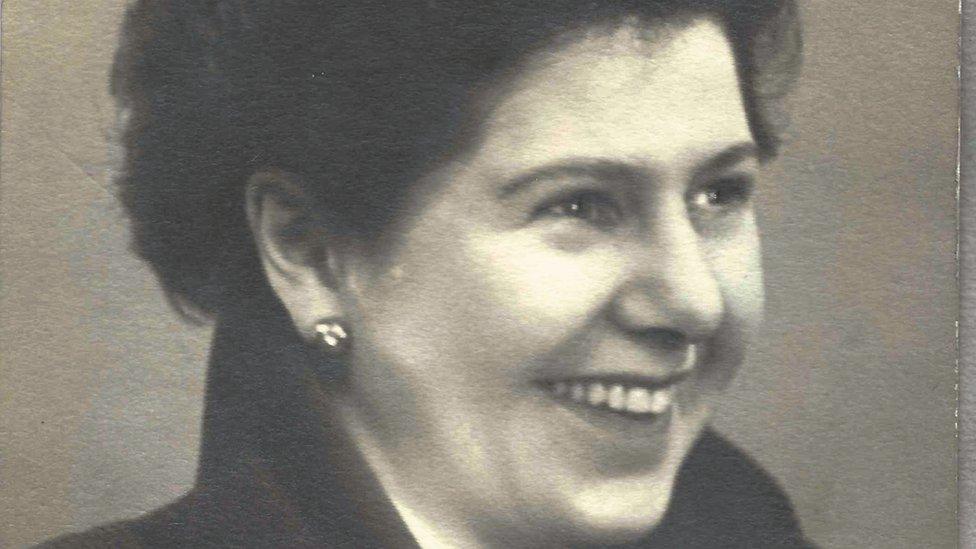 Barbara Hosking se mudó a Londres para trabajar en periodismo, pero terminó pasando gran parte de su vida en la administración pública.