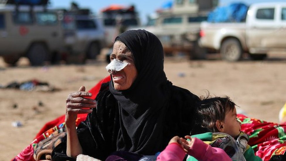 Syria war: Families and fighters flee IS's last village