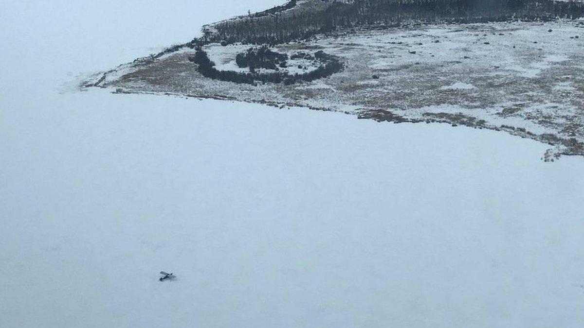 Пилота, который сел на замерзшее озеро по нужде, спасли через два дня