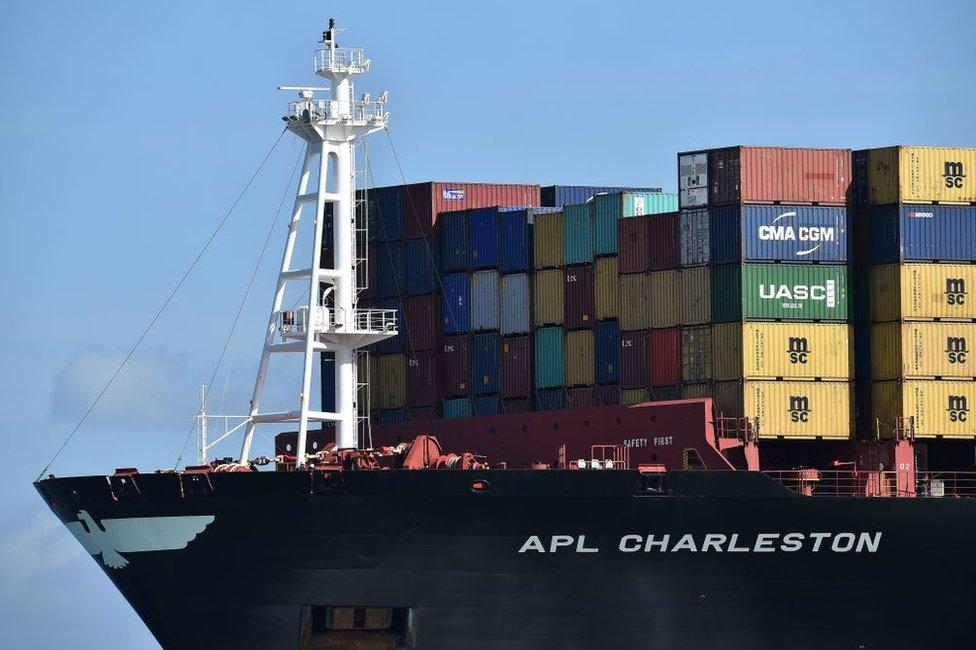 El barco APL Charleston llega al puerto de Southampton, en el sur de Inglaterra.