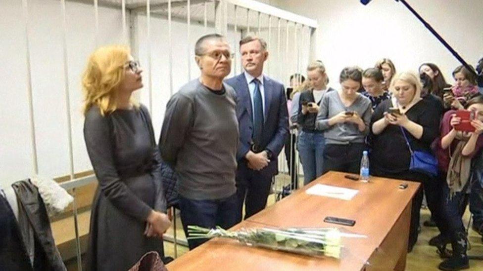 """訴訟開始前,尤利卡耶夫收到一把白玫瑰。""""我不知道是誰給的,他們說是一個仰慕者,希望我老婆不要發現!"""", 他打趣說道。"""