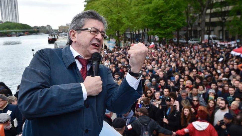 اختار ميلونشون لقاء حشد من أنصاره من على متن قارب بخاري في باريس
