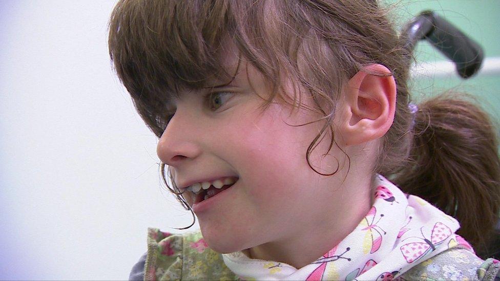 Emily-May tiene 7 años y una discapacidad severa. Su madre dice que hay gente que tiene que cambiar a sus seres queridos en el suelo de los baños.