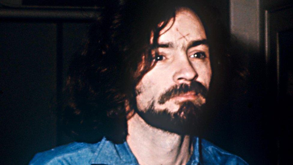 """Charles Manson, que hoy tiene 83 años, está condenado a cadena perpetua por haberle ordenado a los seguidores de su culto, """"La familia"""", el asesinato de 9 personas a finales de los años 60. En 2015 canceló su boda con su prometida, Afton Elaine Burton, 50 años más joven que él."""