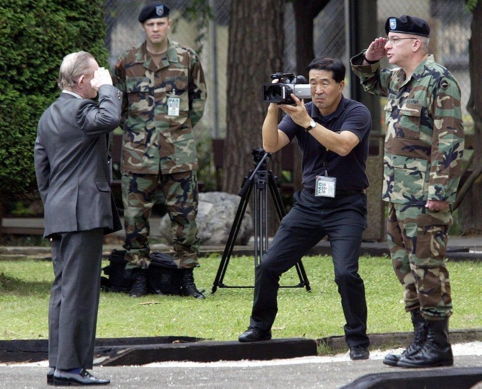 Charles Jenkins saluda al teniente coronel Paul Nigara, en la base estadounidense Campamento Zama, Japón, septiembre 2004