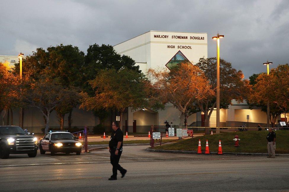 Frente de la escuela de Parkland