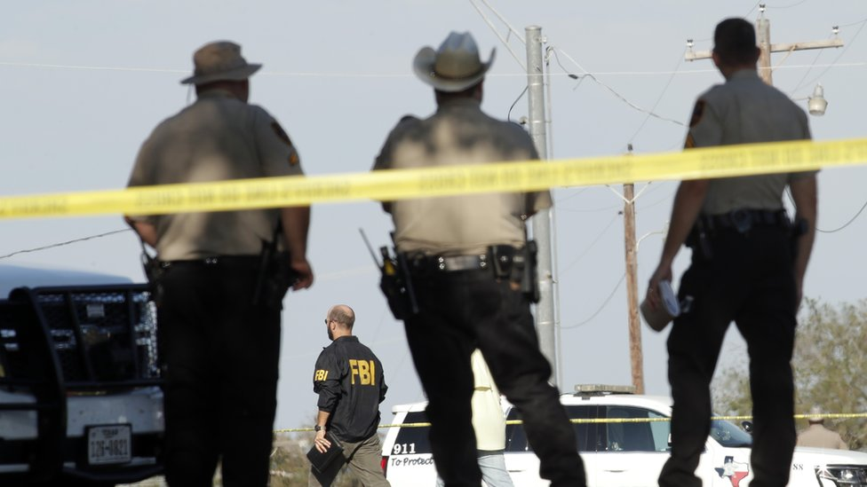 Agentes de la policía y FBI en Texas tras el tiroteo ocurrido en noviembre de 2017.
