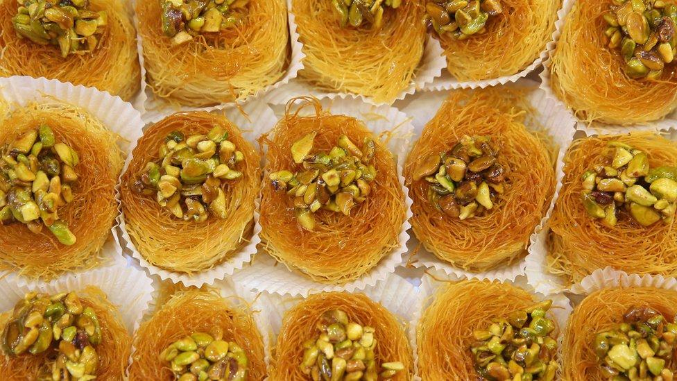 Hay varios tipos de pistachos cultivados en Irán, algunos se consumen como frutos secos y el resto se utiliza como ingrediente en la industria alimentaria.
