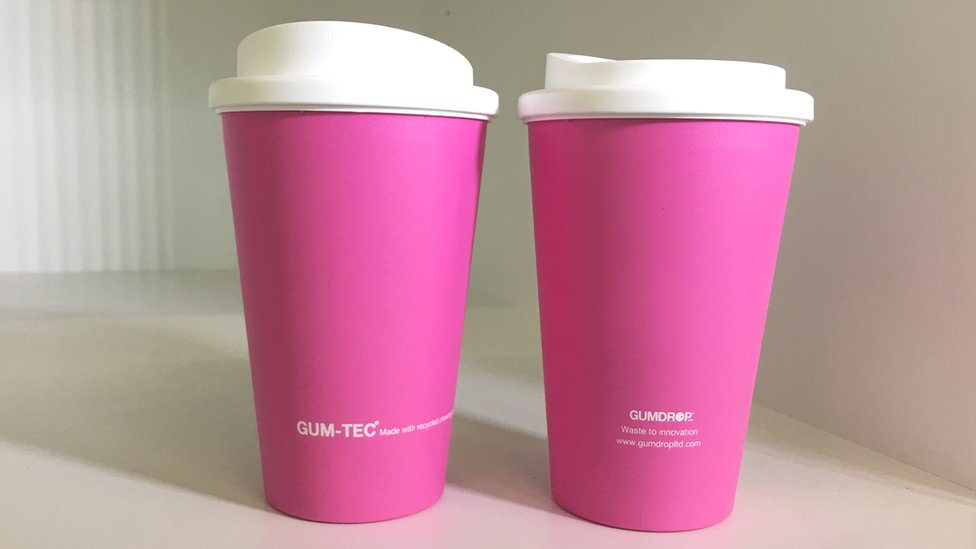 Un vaso de café como este contiene 42 chicles usados.