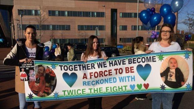 Seguidores de la campaña que inició la familia de Alfie frente al hospital.