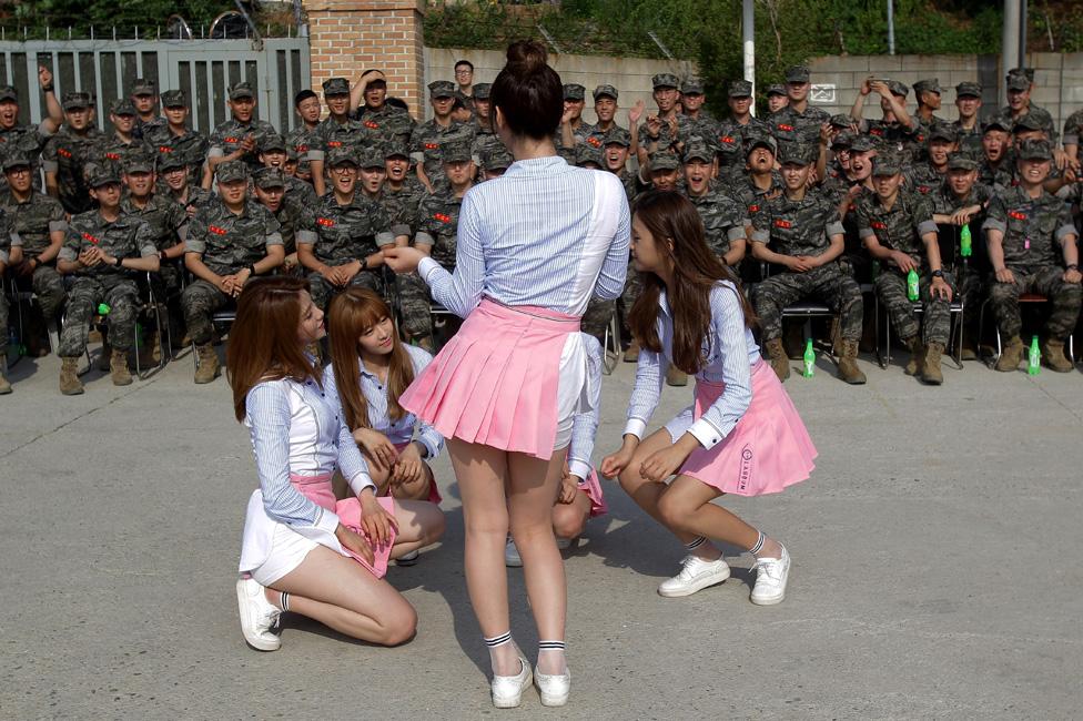La agrupación musical femenina de K-pop, Laboum, hacen una presentación en una base de la Marina, en Corea del Sur