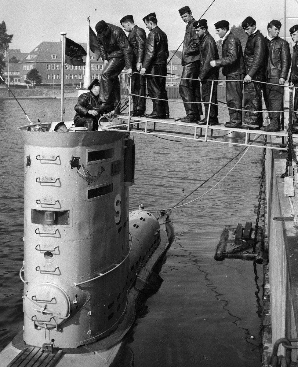 """La tripulación de la nave submarina """"HAI"""" se embarca en Kiel"""