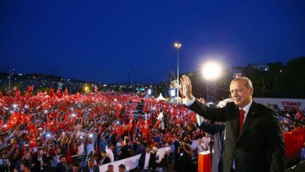 اردوغان يحيي عشرات الآلاف من الأتراك الذين احتشدوا على جسر على البسفور واجه عليه المدنيون الضباط الموالين للانقلاب العام الماضي