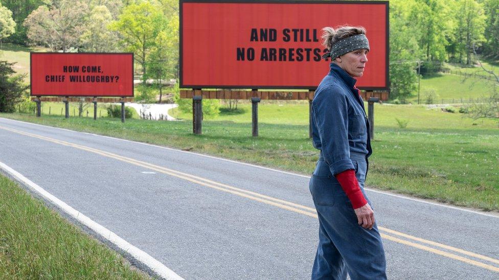 """La actriz Frances McDormand en una escena de la película """"Tres anuncios por un crimen"""" (Three Billboards Outside Ebbing, Missouri)."""