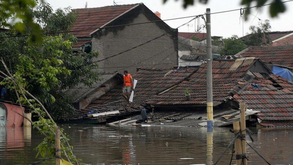 Un vecindario inundado en Yakarta