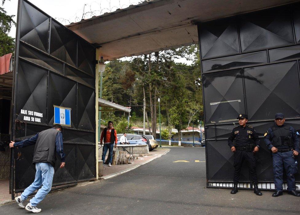 Un joven de 15 años que vivió por dos meses y medio en el Hogar Seguro Virgen de la Asunción de Guatemala le cuenta a BBC Mundo las palizas a las que era sometido.