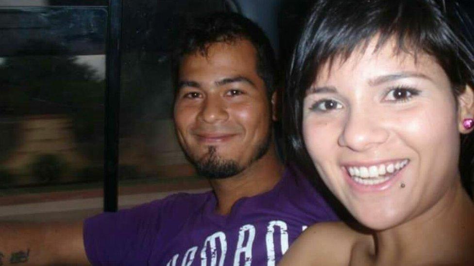 Víctor Parada junto a su hermana