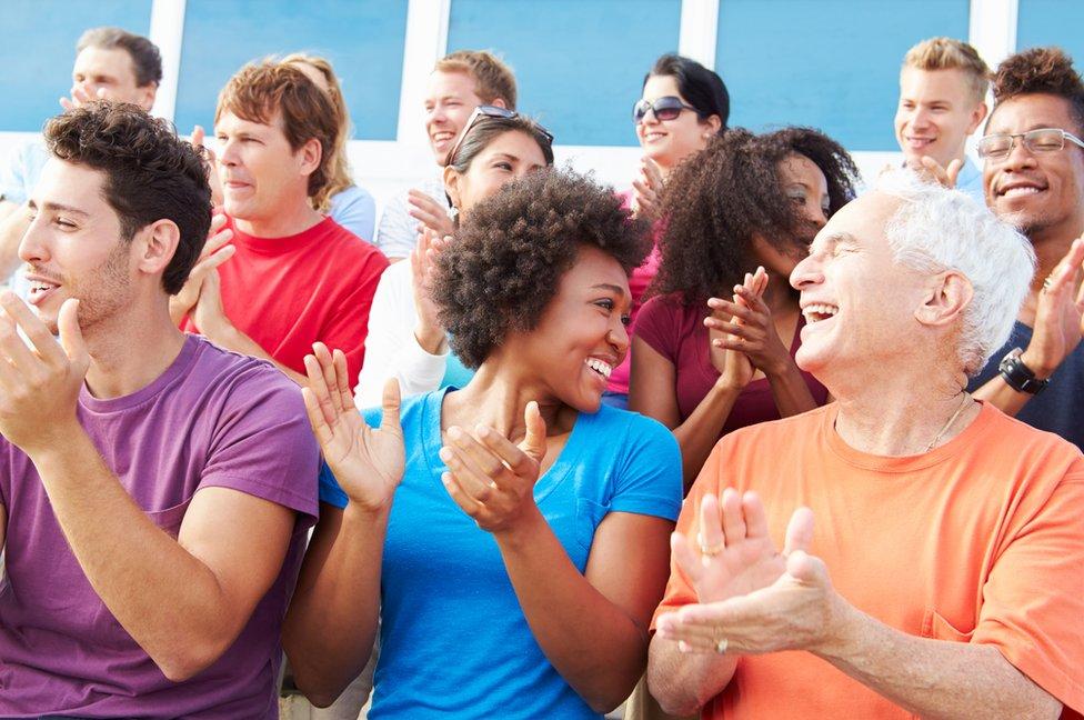 Grupo de gente de distintas edades.