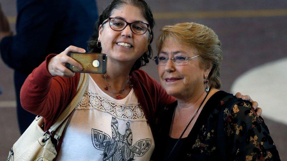 Una simpatizante se toma una foto con la presidenta Michelle Bachelet.