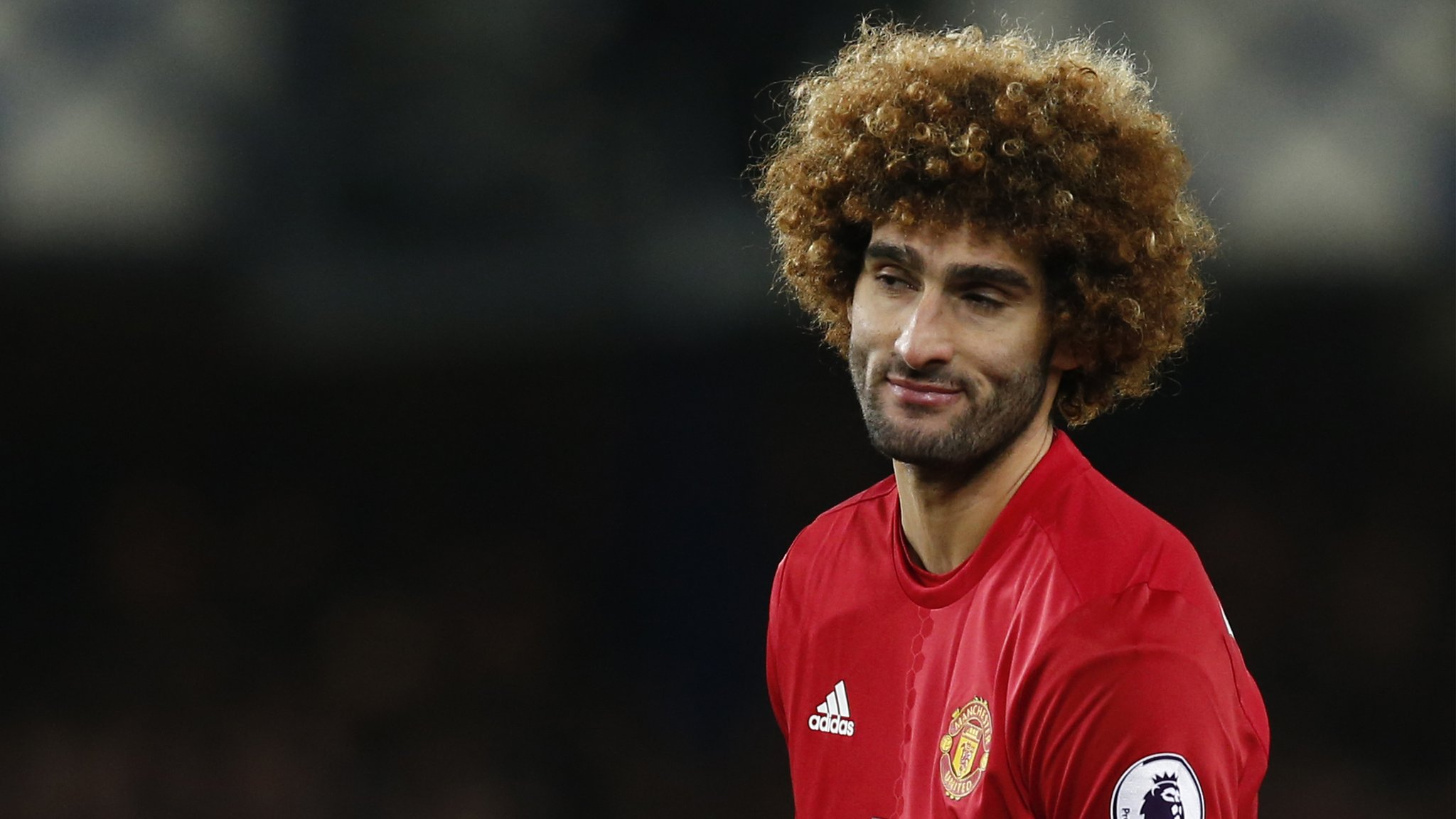 Fellaini concedes late penalty to gift Everton a draw