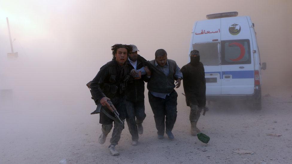 2014年11月,支持展現的戰士在阿勒頗爆炸中救助傷員
