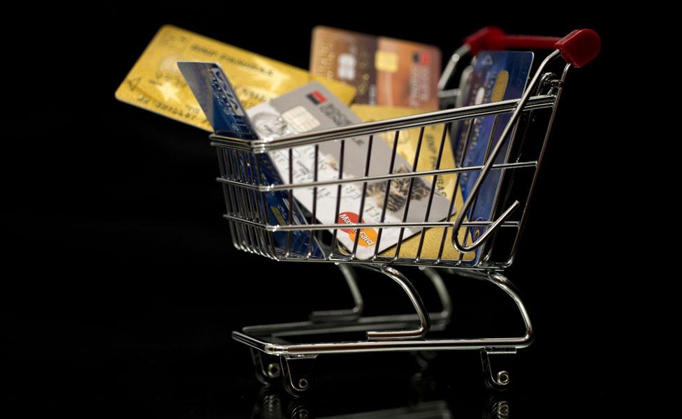 Los expertos coinciden en que cada vez usamos menos dinero en efectivo y más tarjetas para comprar.