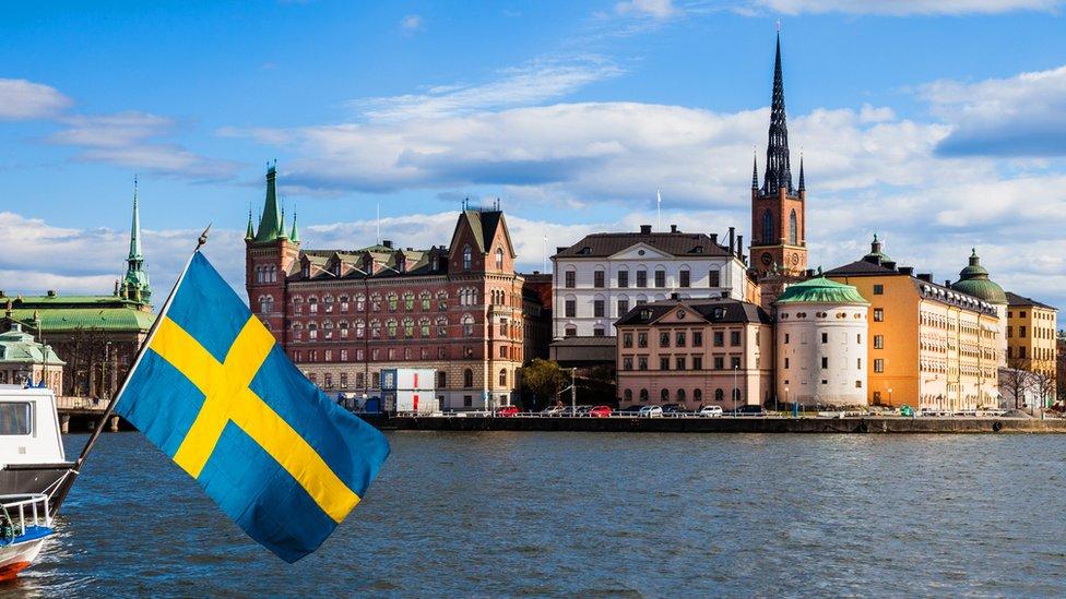 Una bandera de Suecia en la costa de Estocolmo