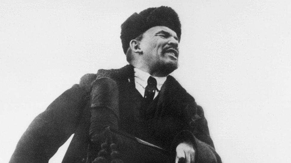 Tras llegar al poder Lenin (aquí en 1918) eliminó el calendario juliano. El 31 de enero de 2018 se cambió al sistema gregoriano y en vez de 1 de febrero ese año se pasó directamente al 14 de febrero.