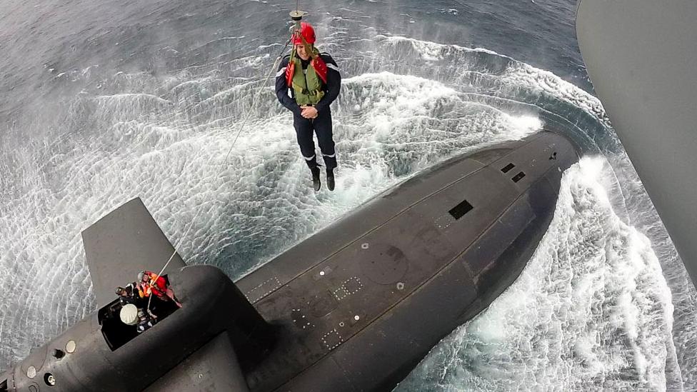 подводная лодка находится на глубине 300 м