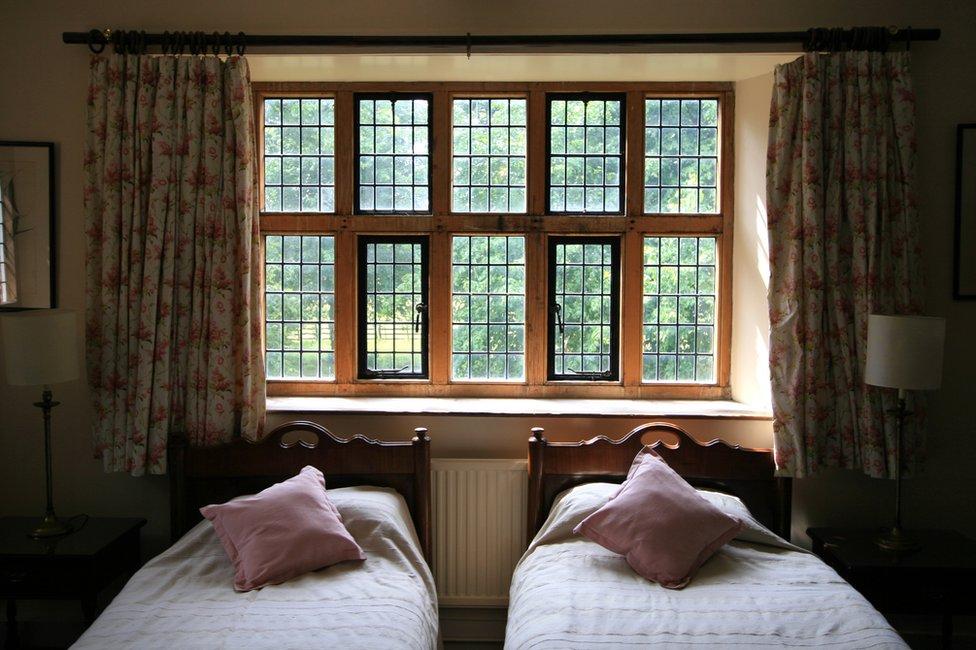 Habitación con dos camas individuales en una casa isabelina de Canterbury, Kent, Inglaterra.