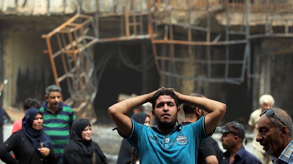 Un hombre se lamenta en el lugar del atentado de Karrada, Bagdad