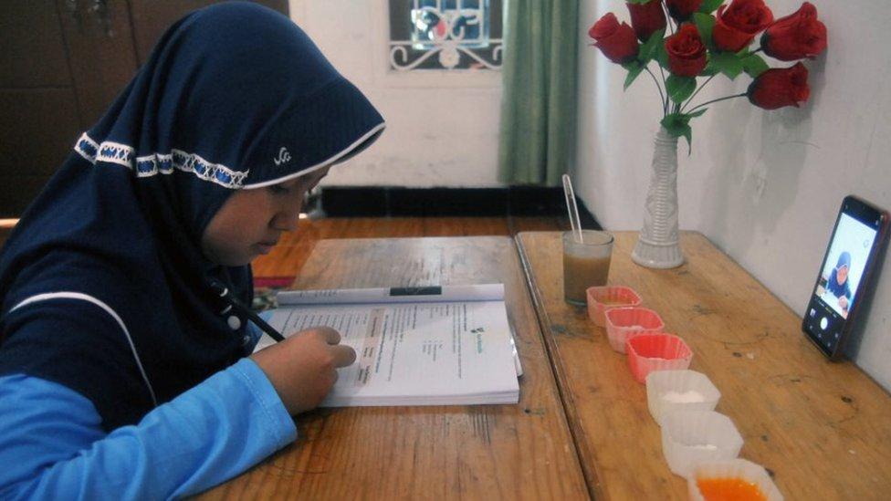 Sekolah Di Tengah Pandemi Covid 19 Para Siswa Tertinggal Secara Akademik Orang Tua Saya Pilih Anak Selamat Bbc News Indonesia