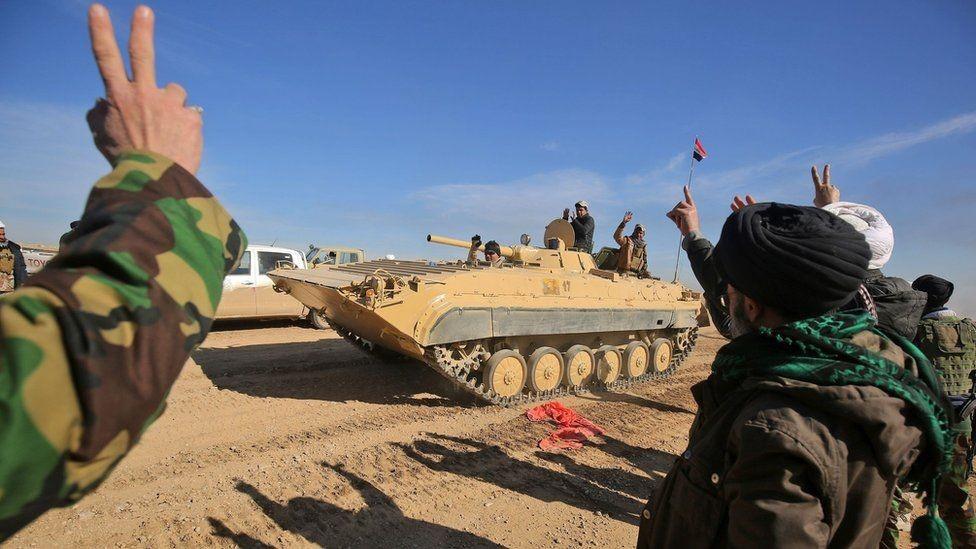 قوات عراقية ترفع علامة النصر