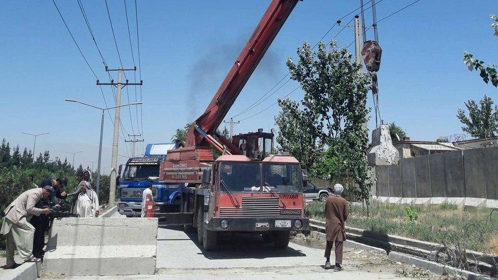 کارزار برداشتن دیوارهای امنیتی کابل آغاز شد