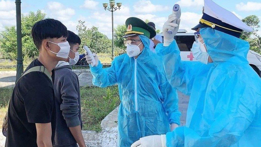 Việt Nam: Người nhập cảnh trái phép đe dọa phòng tuyến chống dịch - BBC  News Tiếng Việt