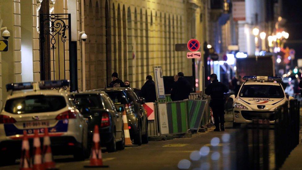 Calle Cambon, con policías