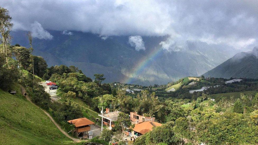 Desde La Casa del Árbol se puede apreciar tanto el volcán Tungurahua como el valle y la localidad de Baños. (Foto: Eliot Stein)