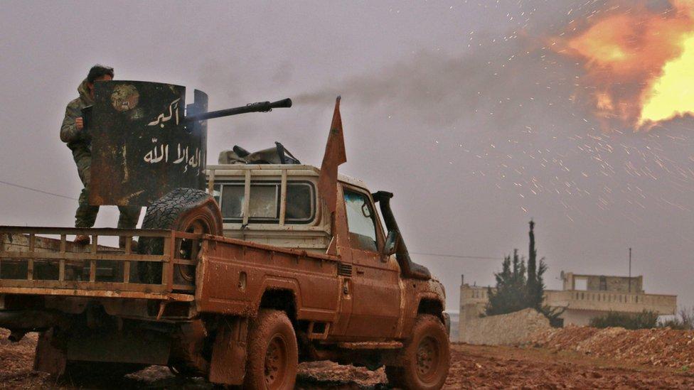 مقاتلون سوريون معارضون يطلقون النار على مواقع لتنظيم الدولة الاسلامية في بلدة الباب القريبة من الحدود التركية