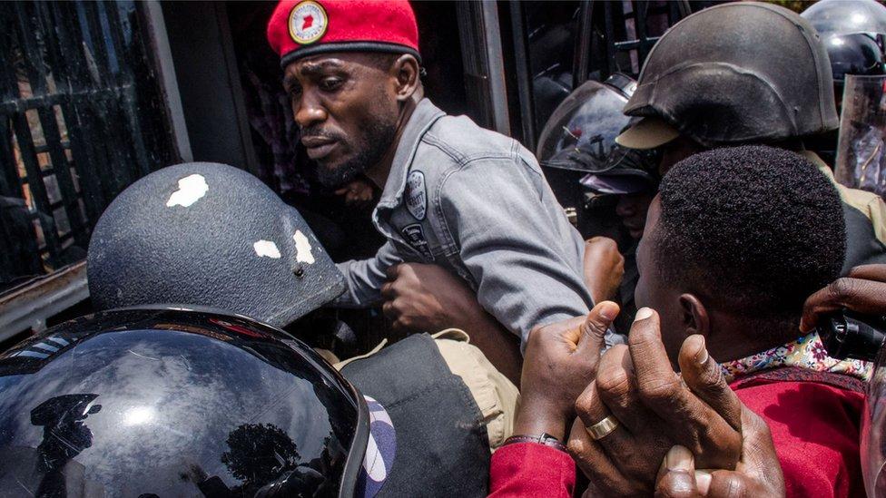 Bobi Wine appelle à protester contre la police ougandaise
