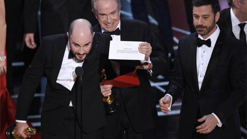 Final de la entrega de premios Oscars donde se produce la aclaración al error de premiación.