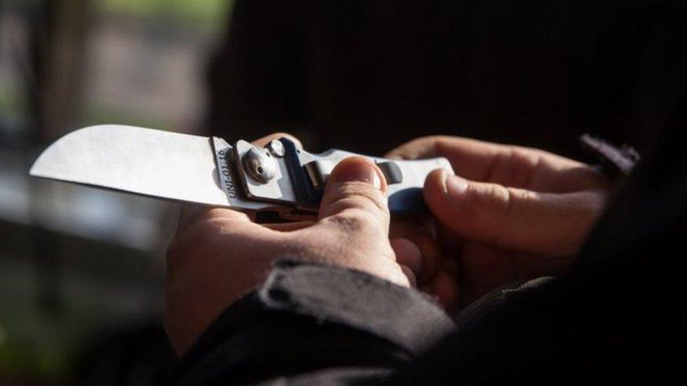 Мужчина с ножом напал на людей в Сургуте, есть раненые