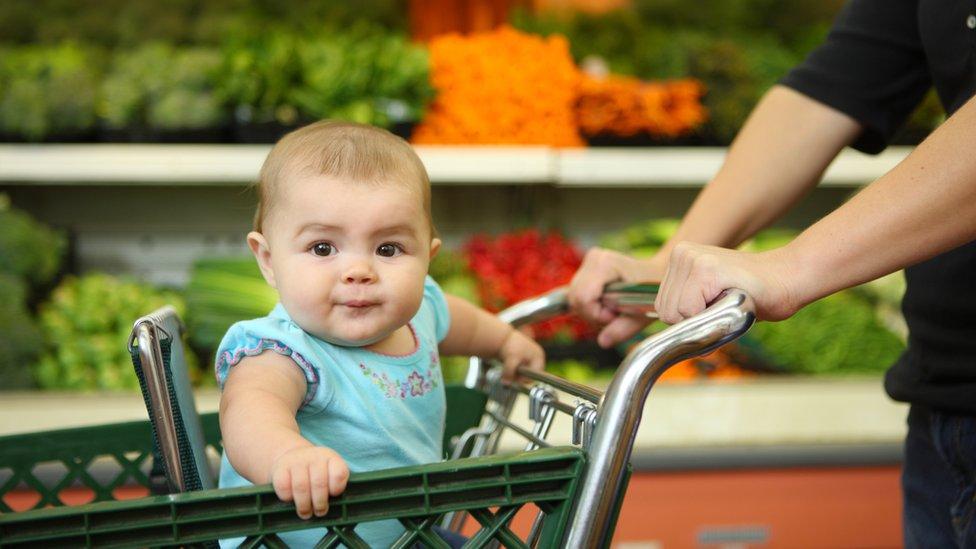 Bebé en un carrito de supermercado