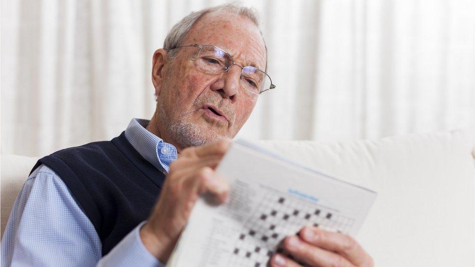 Hombre mayor haciendo un crucigrama