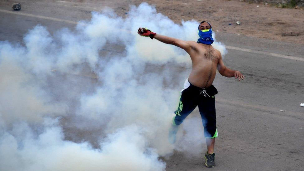 Venezuela crisis: Clashes break out at border towns