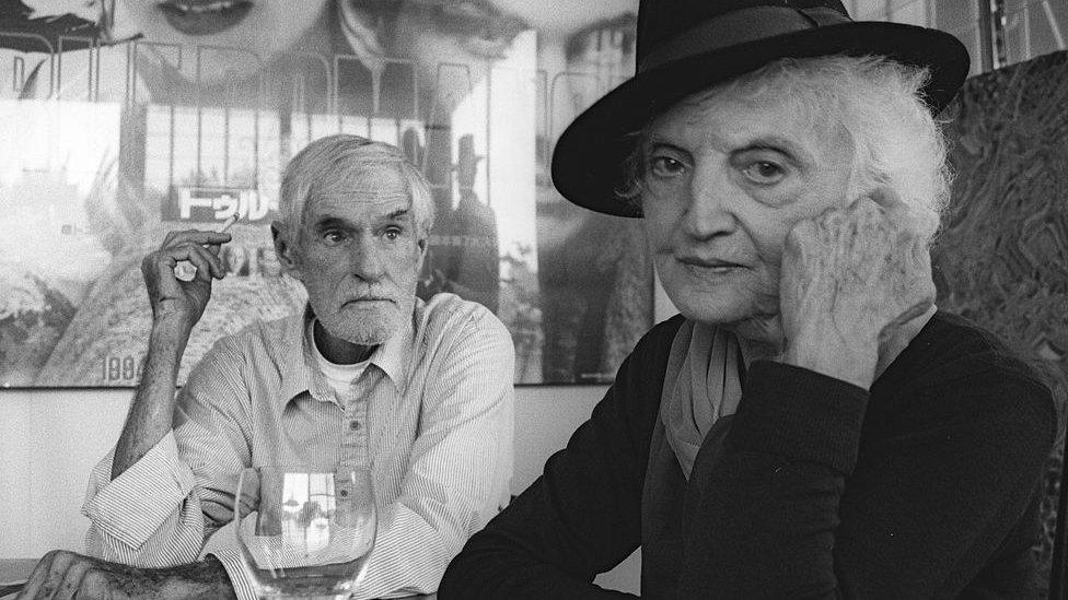 Su viuda Laura con el psicólogo Timothy Leary.