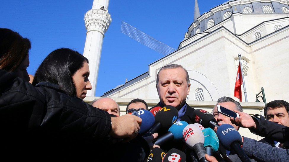 الرئيس التركي رجب طيب اردوغان متحدثا إلى الصحافيين بعد صلاة الجمعة في اسطنبول