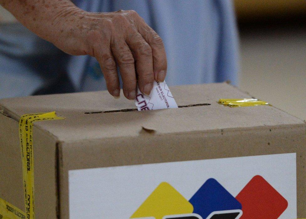 Depositan voto en [anfora