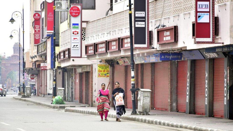 Una vista de las tiendas cerradas cerca de Goal Hatti Chowk durante el cierre de fin de semana impuesto el 6 de septiembre en Amritsar, Punjab.